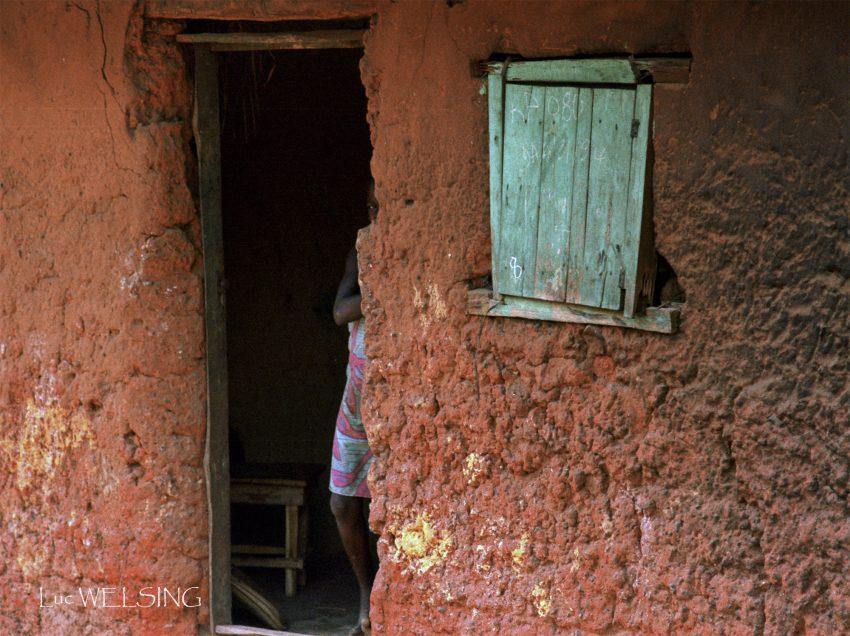 Un oeil timide à affamey, 100 km au  nord de Cotonou, Bénin, 1994