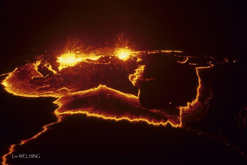 Deux yeux de lave croisent mon regard, fontaines des larmes de la terre, grimaçantes, mouvantes, bruyantes, inquiétantes. La terre s'ouvre sur le feu qui couve et son odeur m'enivre. ERTA ALE, N 13°6 E 40° 67, Ethiopie, 22 février 2006