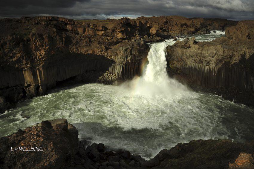 Aldeyjarfoss, son ciel tourmenté, et son arc-en-ciel bien  à propos, Islande , 2012