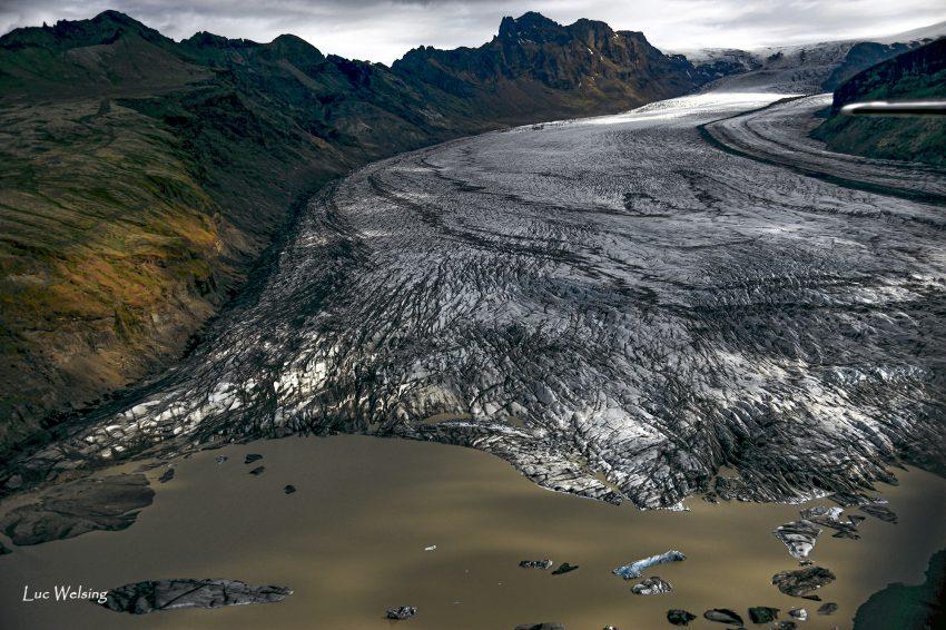Un glacier gris, mélange de cendres et de glace, dévale et s'allonge paresseusement. Côte Est, Skaftafell, Islande 2012