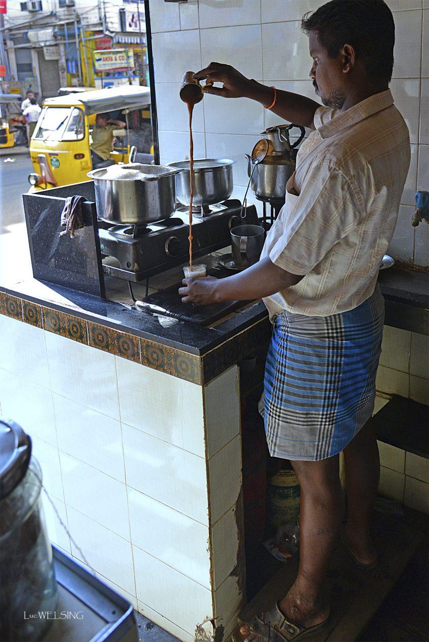 Préparation du thé Chaï, tôt le matin à chennaï: thé noir, lait sucre, cardamome, gingembre, anis  étoilé, girofle, cannelle.... ou mélange Masala c'est plus simple.