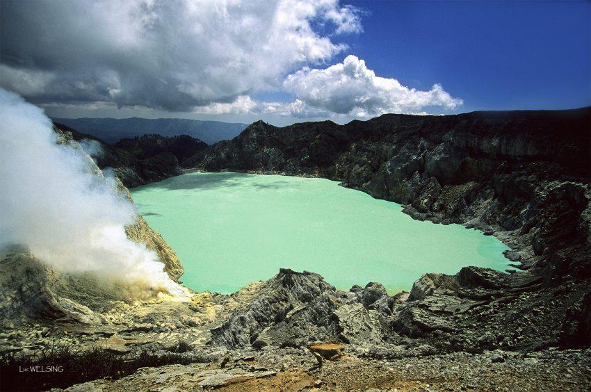 Le lac vert du Kawa Ijen où la couleur témoigne de l'extrême acidité qui rêgne dans ces eaux volcaniques, menançant perpetuellement les villages en contre-bas, pendant que les hommes des villages, les porteurs de soufre souffrent et s'épuisent à gagner quelques centimes d'euros pour 80 Kg de soufre.... Juillet 2012