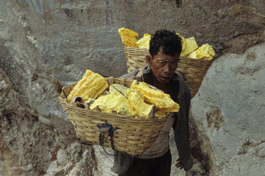Porteur de soufre aux yeux exorbités par l'effort, deux heures de montée dans le cratère du Kawah Ijen, avec 80 Kg sur les épaules, là où nous  mettons  20 minutes pour ne porter que notre body! Espérance de vie 42 ans, pour 2.5 euros par jour et  2 voyages.... Ile de Java, Indonésie
