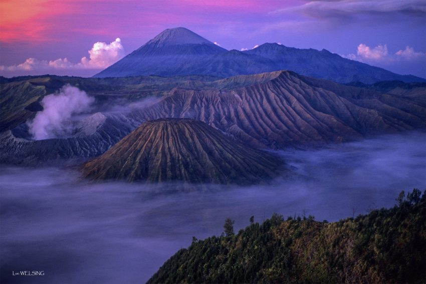 Le Batok, le Bromo et le Semeru, au lever du  jour, Java, Indonésie.  juillet 2012