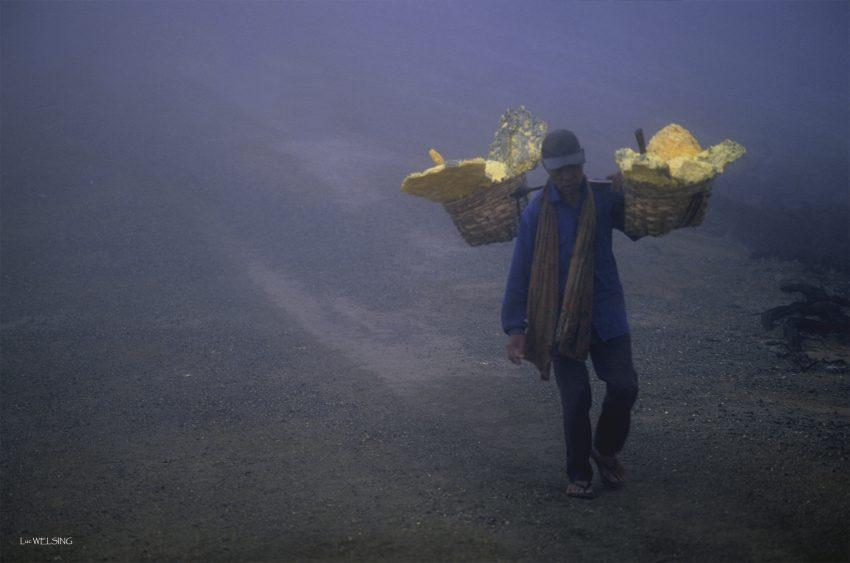 Le long d'une crête violette    Une écharpe moite    Se dénoue , et un cœur palpite;   Le reflex crépite et me discrédite.   Sur la haute crête étroite ,   Deux ailes d'or ,fret d'épaulettes ,   Hébètent un squelette en déficit ,   Comme un corps alourdit le pas automate.   La mort est tacite . Kawah Ijen, Java, Indonésie 2005