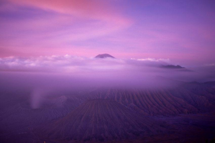 La pointe du SEMERU au tout début du jour, en pose longue, Velvia 50, trépied et F 80. Ile de Java, Indonésie, Juillet 2012