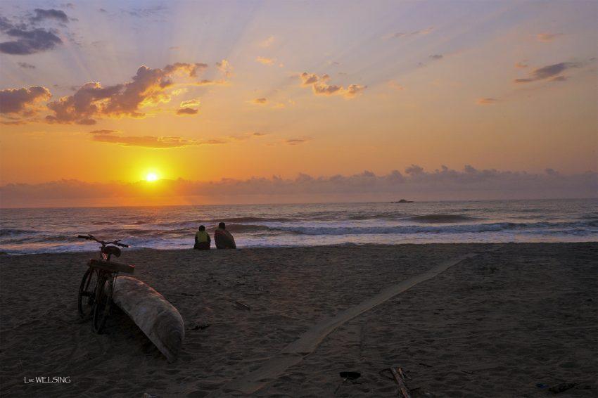 Antsiramena, lever du jour pour voir partir les pécheurs courageux qui bravent les rouleaux de l'Océan Indien, Madagascar, Nov 2012