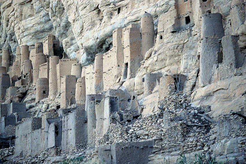 Habitat troglodyte Tellem,dans la falaise de Bandiagara en Pays Dogon, Mali, Le peulple Telem ayant été chassé par les Dogons au XIV ieme siecle.  Septembre 2004