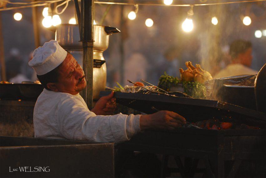 Place Jemma El Fna et ses restaurants d'un soir, de tous les soirs, délicieusement  typiques, Marrakech, décembre  2005