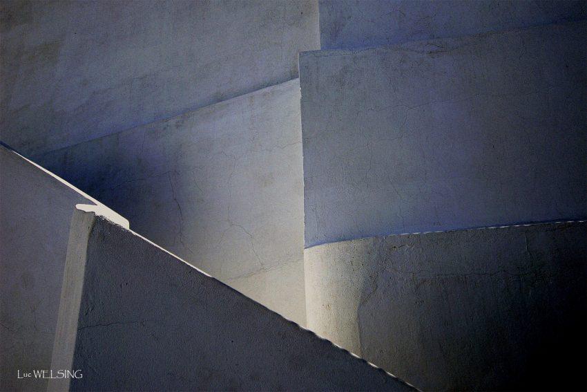 Jeux de lumière et de graphisme sur un escalier de riad marrakchi. 2006