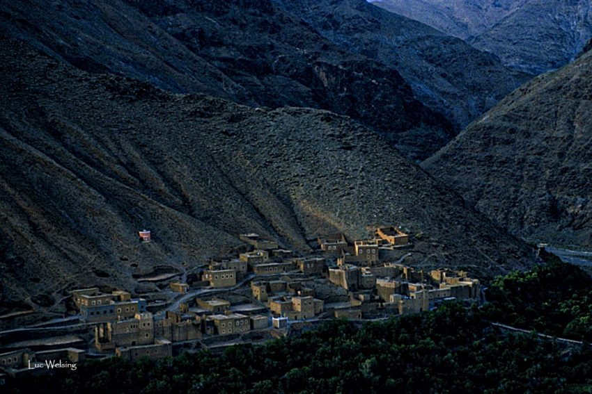 Petit village blotti contre une colline du Haut Atlas, entre Marrakech et Ouarzazate. Avril 2004