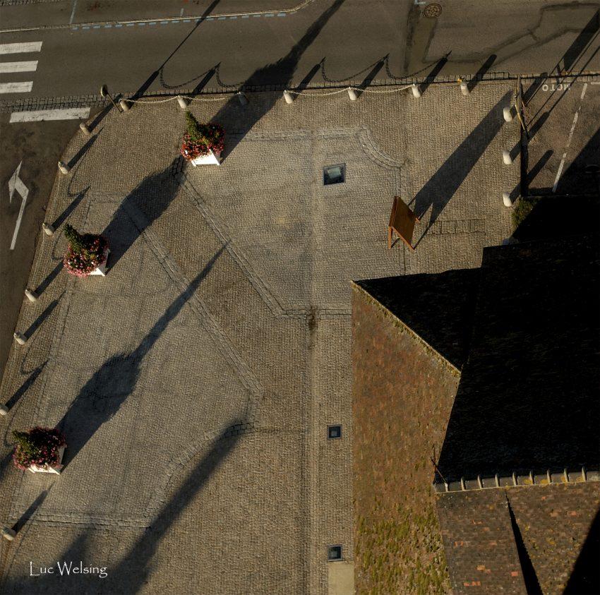 La tour de la Madeleine et les fantaisies d'ombres et de lumière vespérales vue du haut de ses 65 mêtres, Verneuil sur Avre, 2006